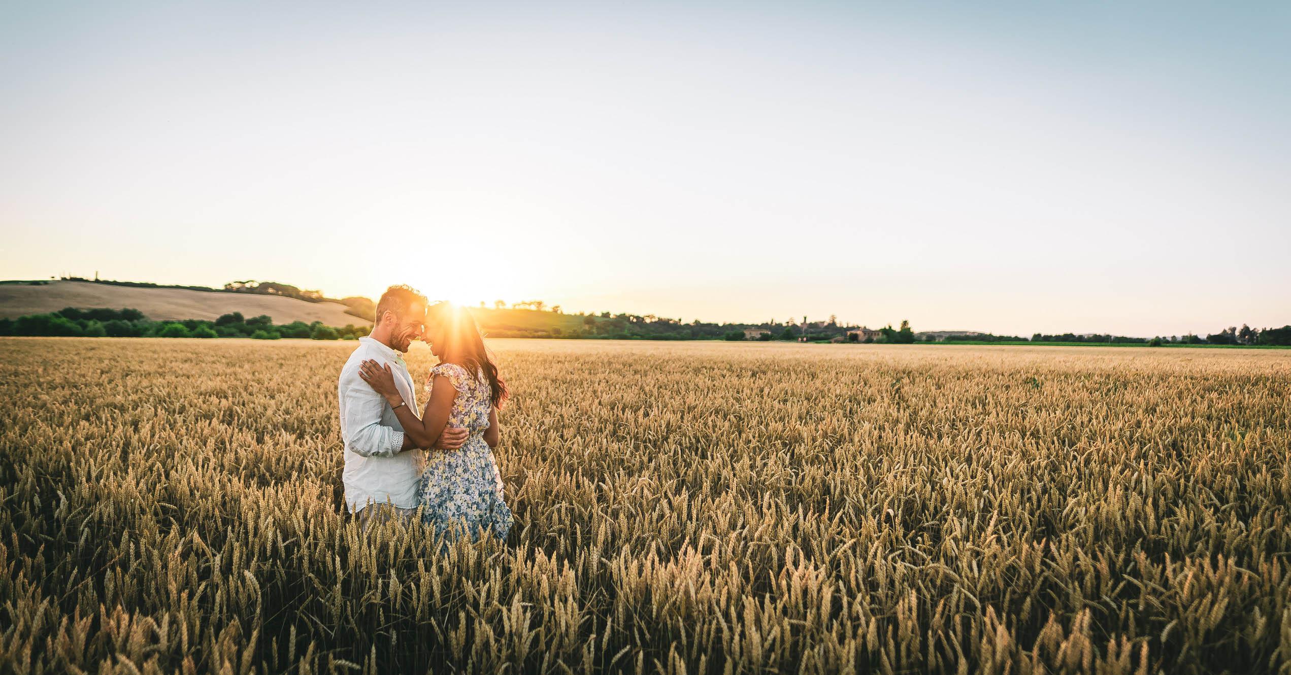 fotografie di sposi dopo matrimonio a tramonto in toscana