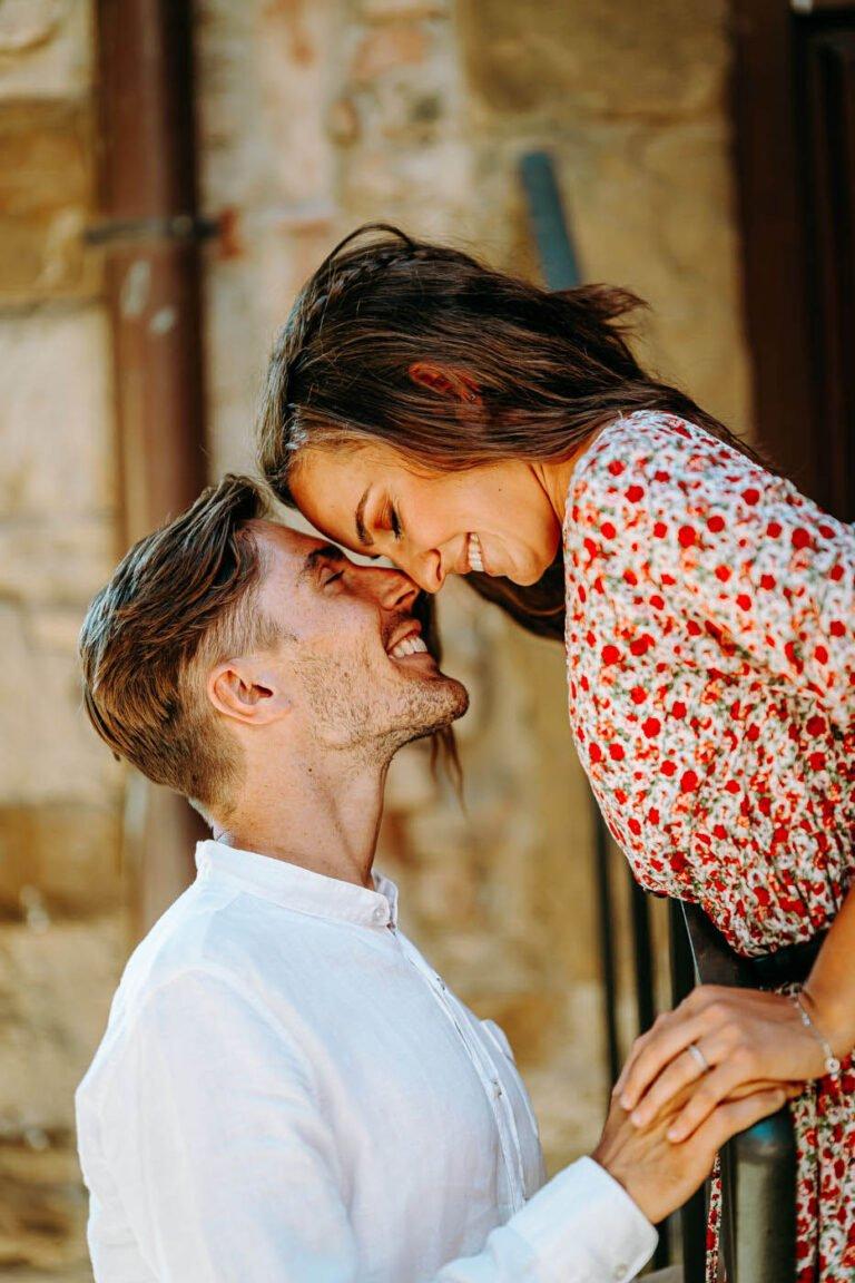 fotografie di coppia di fidanzati tra le vigne di greve in chianti