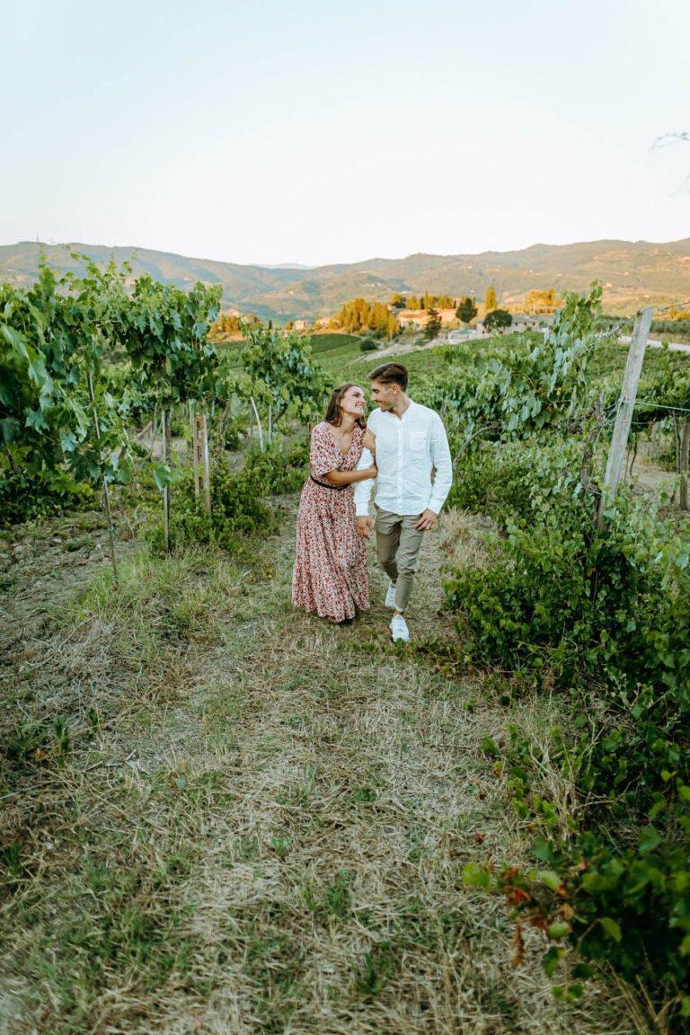 shooting di coppia di fidanzati tra le vigne di greve in chianti