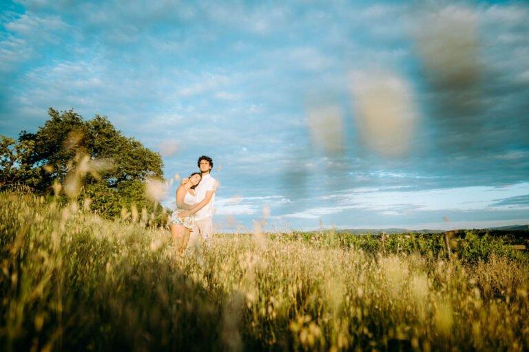 fotografia di ritratto di coppia di innamorati nei campi e vigne a tramonto a sovicille di siena