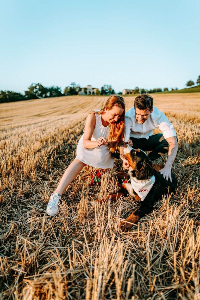 ritratto di coppia con cane in estate in colline di chianti in toscana