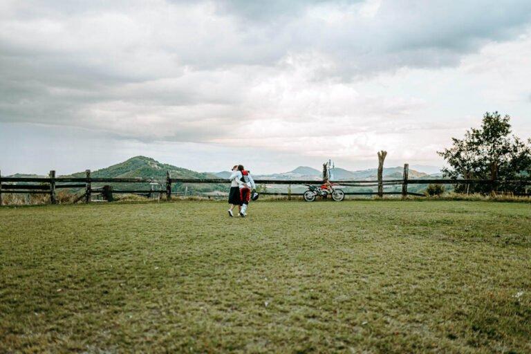fotografie di fidanzamento di coppia colline di siena
