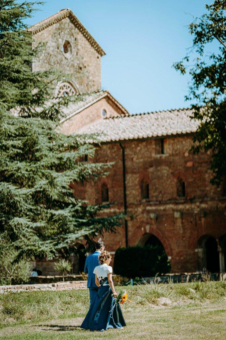 fotografie di sposi davanti abbazia di san galgano vestiti in blu
