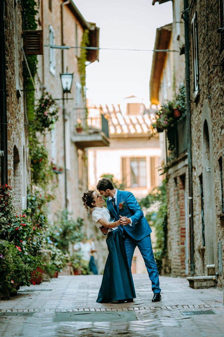 reportage post matrimonio di sposi strade di pienza