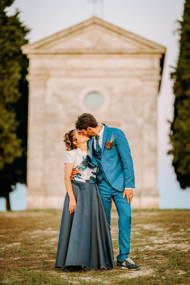 fotografie di sposi davanti a cappella madonna di vitaleta