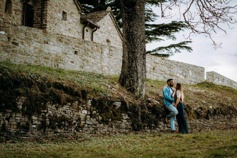 shooting di fidanzamento di coppia davanti alla chiesa toscana prima di matrimonio