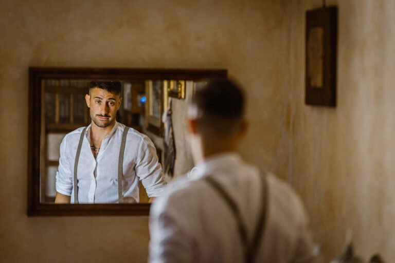 fotografie dello sposo mentre si prepara per la cerimonia di matrimonio certaldo toscana