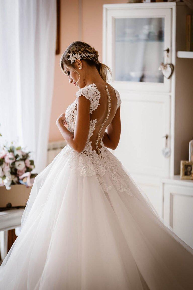 fotografie della sposa mentre si prepara per la cerimonia di matrimonio certaldo toscana