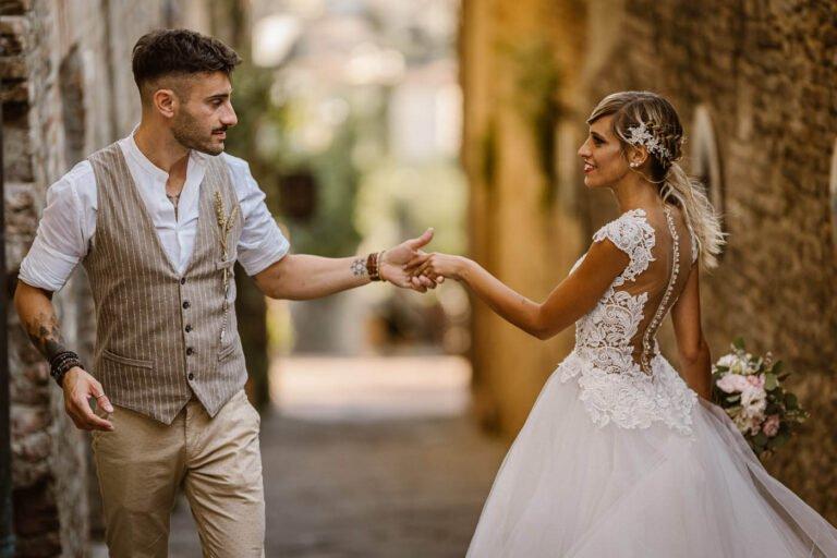 ritratto di sposi dopo cerimonia di matrimonio in citta di certaldo in toscana