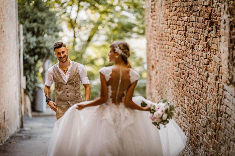 ritratto di sposi dopo cerimonia di matrimonio colline e vigne di certaldo in toscana