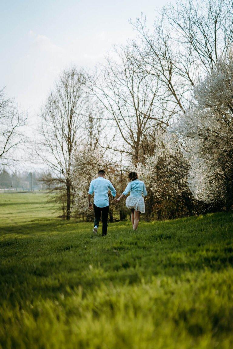 foto di shooting fotografico romantico di coppia al tramonto nei campi di grano a siena