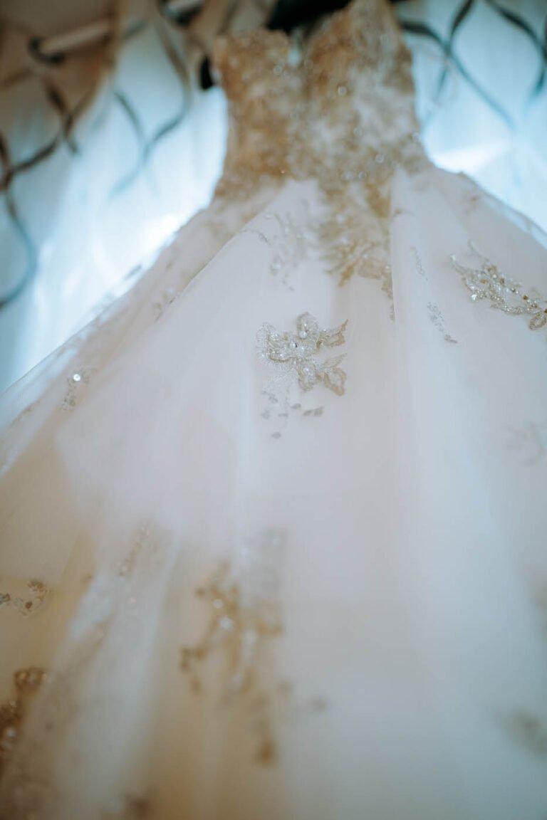 foto dei preparativi degli sposi per matrimonio civile in castello di siena