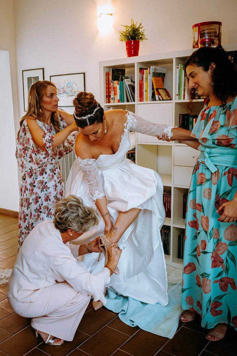 foto di sposi mentre si preparano per la cerimonia di nozze in piccola chiesa di siena
