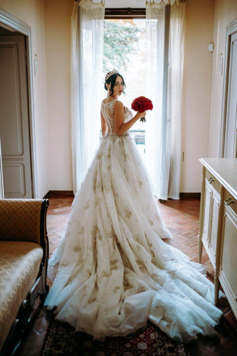 fotografie di sposa con il vestito da nozze in una villa a siena