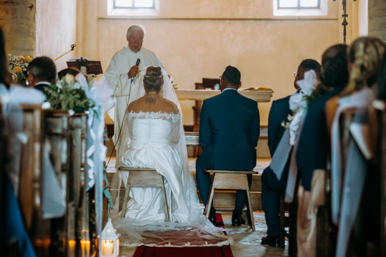 ritratti di sposi cerimonia religiosa in una piccola chiesa a siena