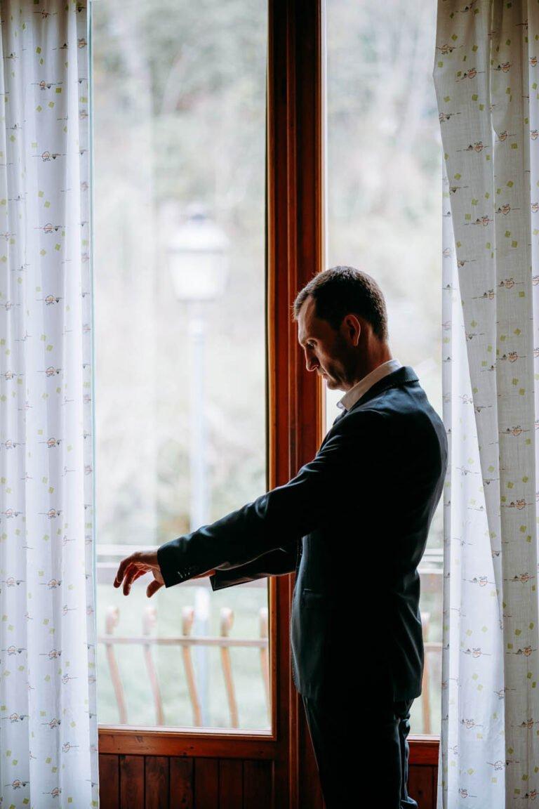 immagine di sposi mentre si preparano al matrimonio civile in toscana