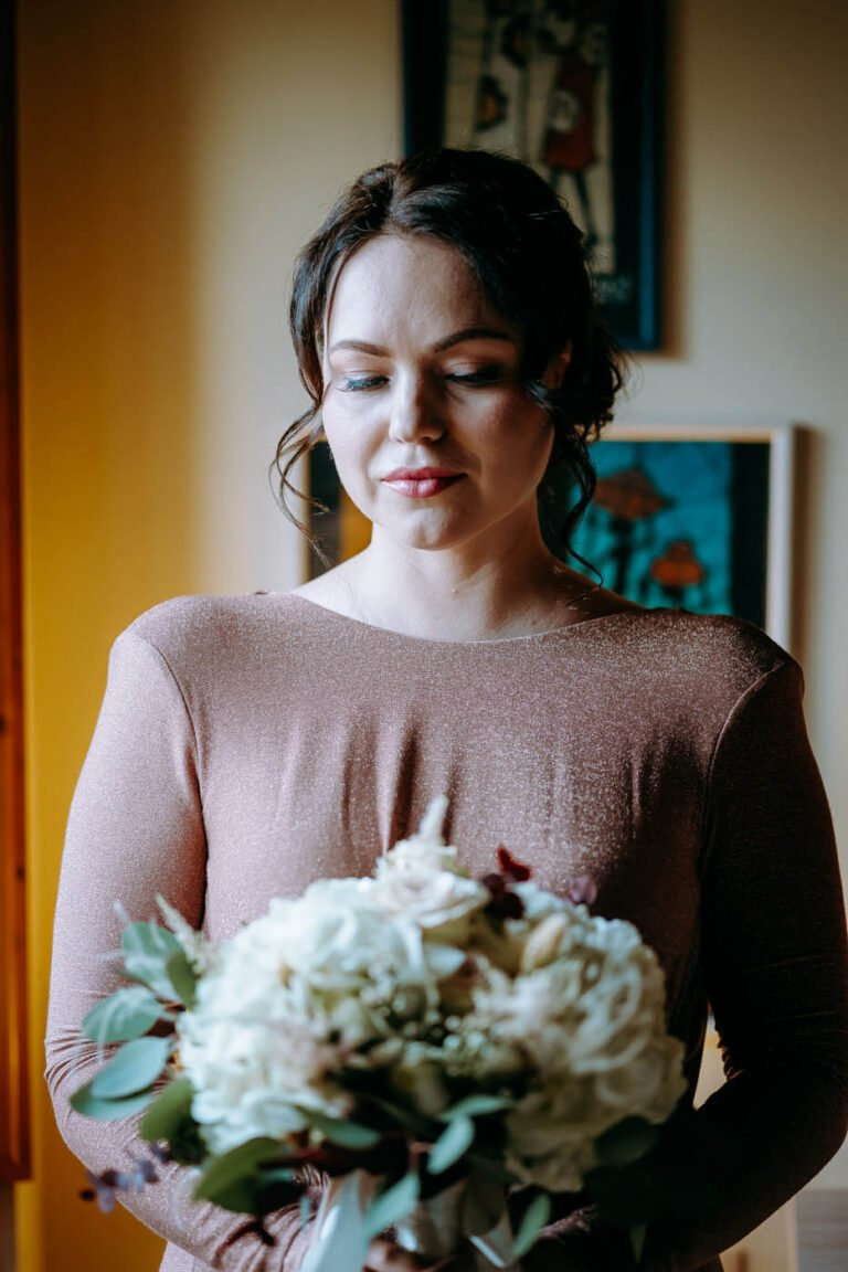 immagine di sposi mentre si preparano al matrimonio civile in toscana sposa con fiori