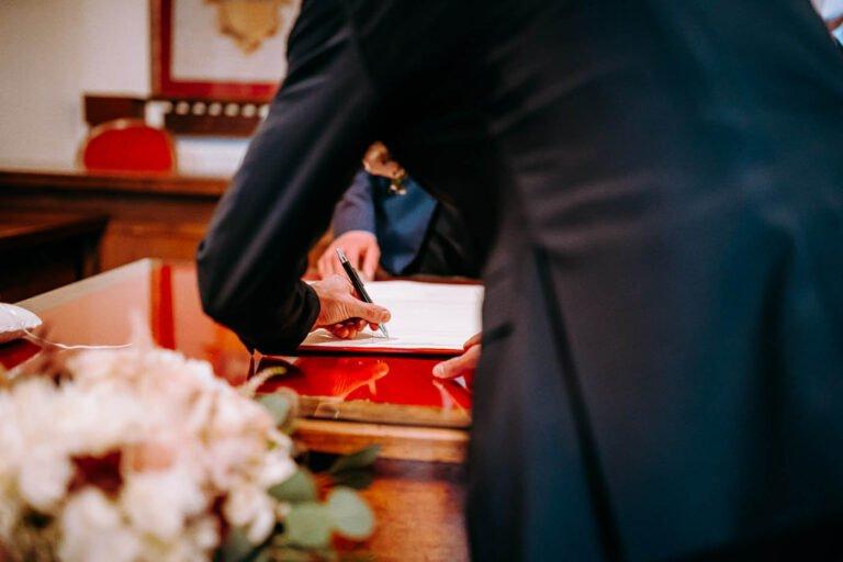 fotografie di sposi tra cipressi toscani a greve in chianti
