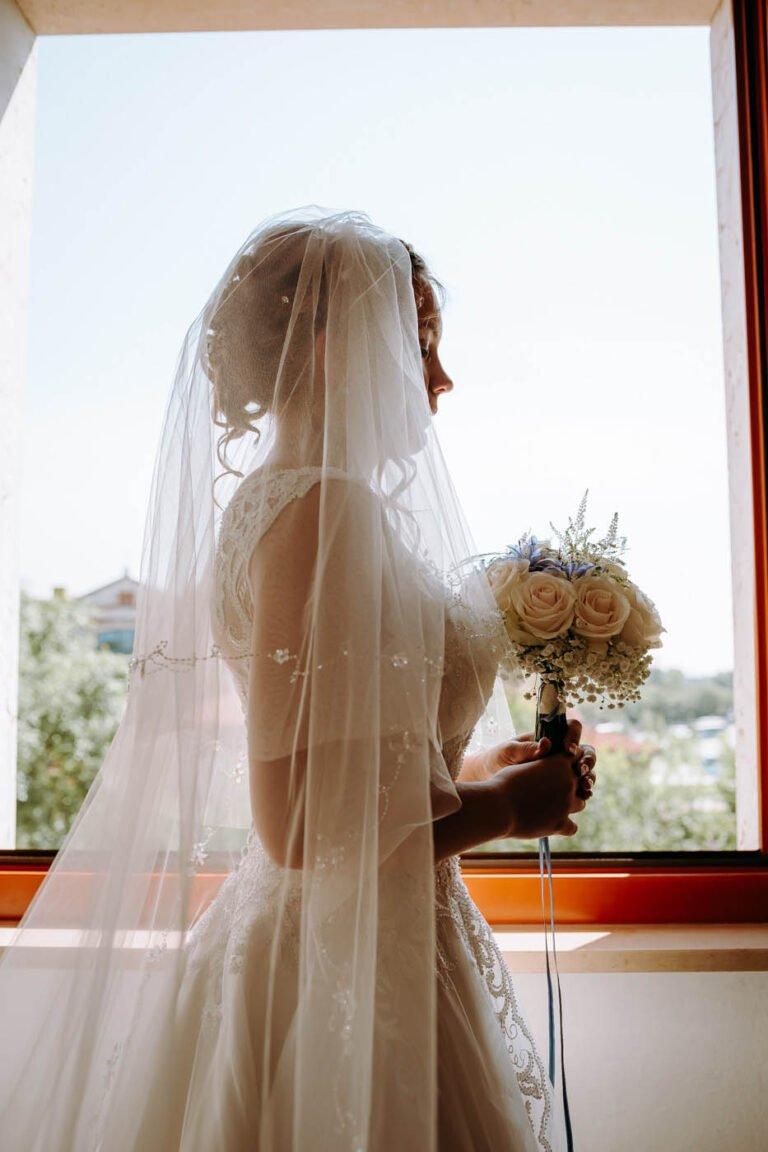 fotografia dei preparativi degli sposi in una villa al lago in toscana