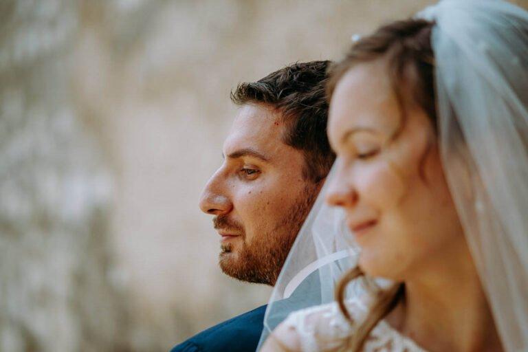 foto di reportage post matrimonio di sposi al lago in toscana