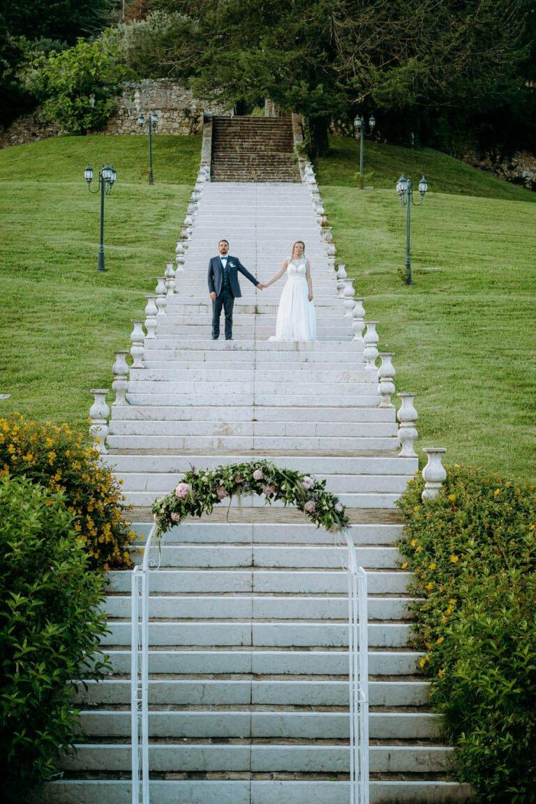 foto di reportage post matrimonio di sposi in villa al lago in toscana