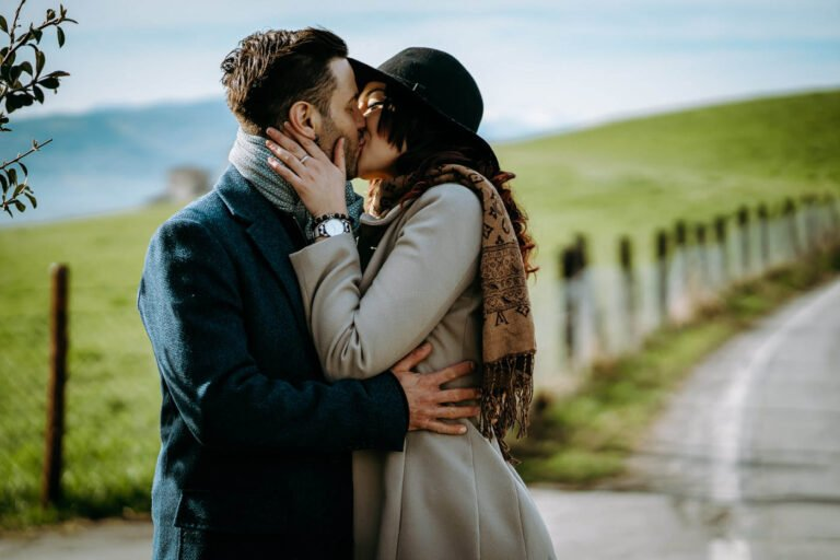 ritratto di coppia di fidanzati in autunno vicino a castello in montagne di toscana