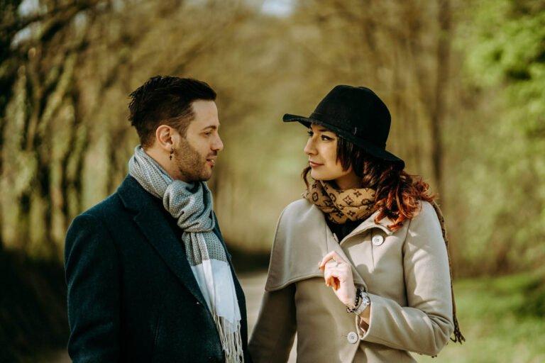 fotografie di una bellissima coppia di fidanzati in autunno vicino a castello in montagne di toscana