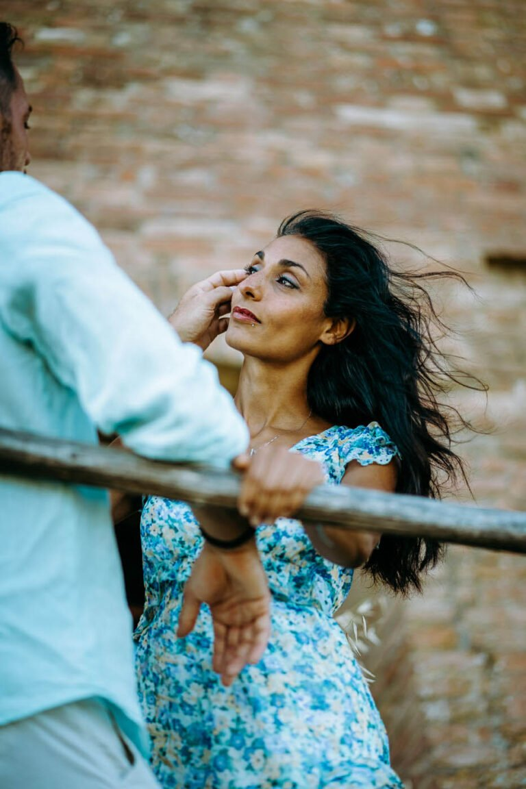 foto del book fotografico di fidanzati nei campi di grano a buonconvento toscana