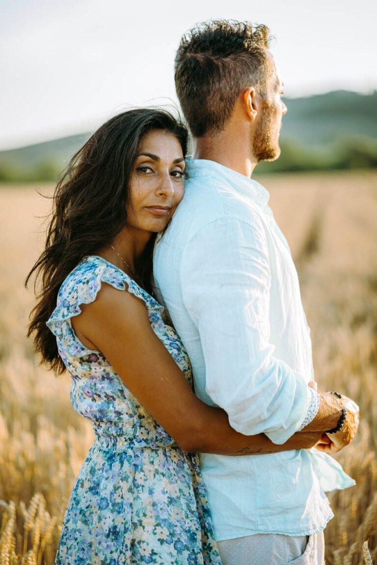 ritratto di coppia nei campi di grano a buonconvento toscana