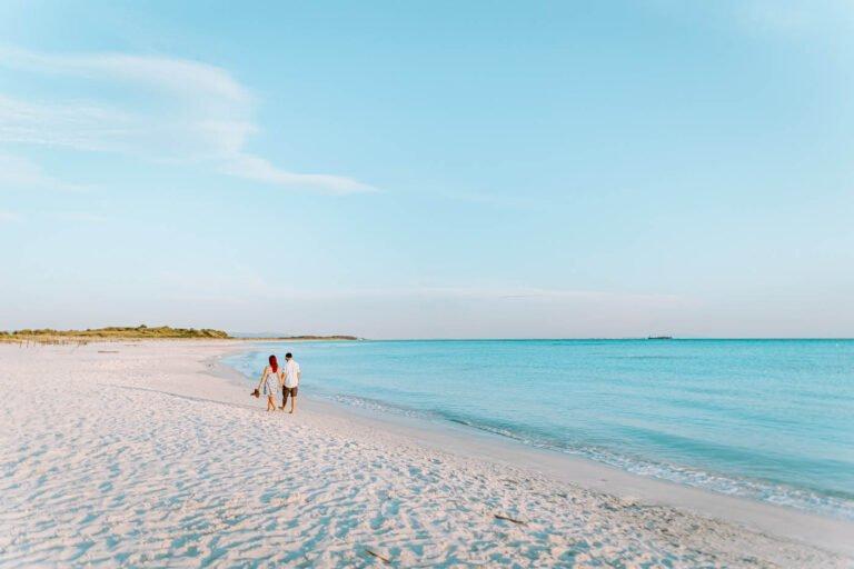 fotografia di coppia di fidanzati al mare in toscana al tramonto