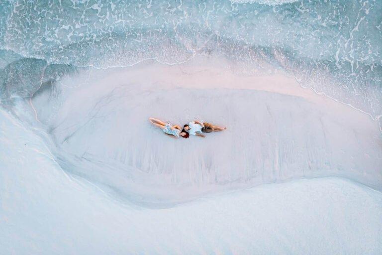 shooting di coppia di fidanzati al mare in toscana al tramonto